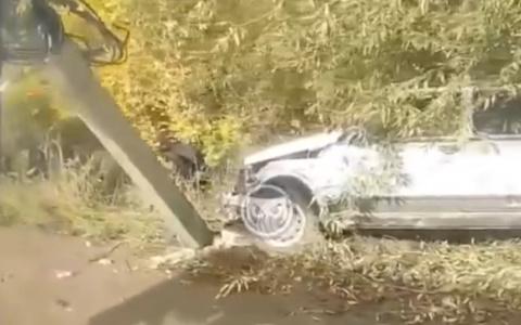 В Пензе на улице Рябова легковой автомобиль снес световую опору