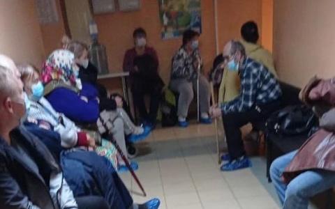 В пензенском госпитале пациенты сидели в очереди до глубокой ночи