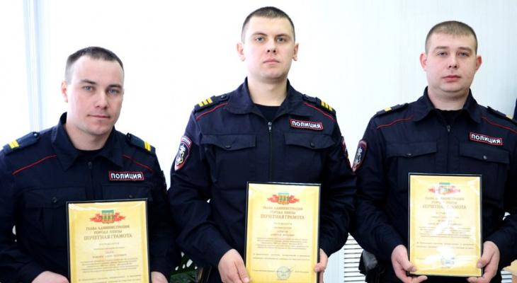 В Пензе трое сотрудников Росгвардии награждены за спасение человека