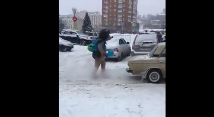 Огромный еж помог пензенскому автомобилисту, вытолкнув его машину с ледяной стоянки