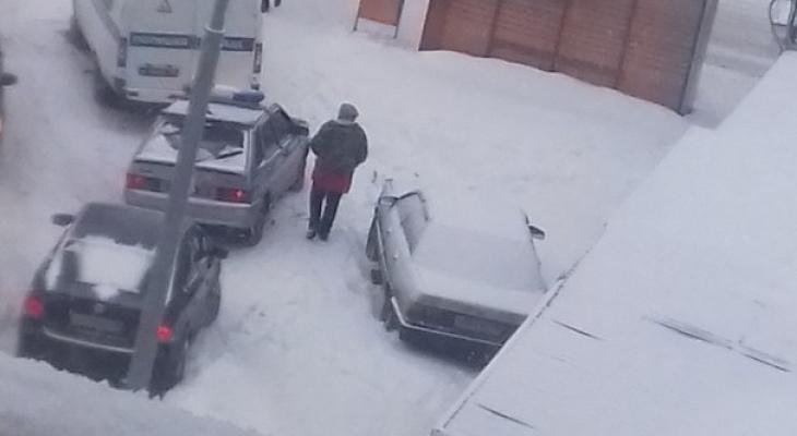 На Шуисте Renault сбил девушку и протащил несколько метров