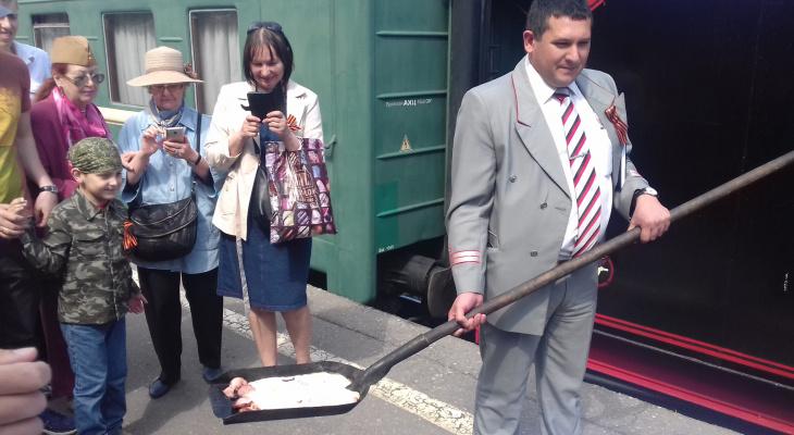 """Экипаж ретро-поезда """"Победа"""" угощал гостей яичницей с лопаты"""
