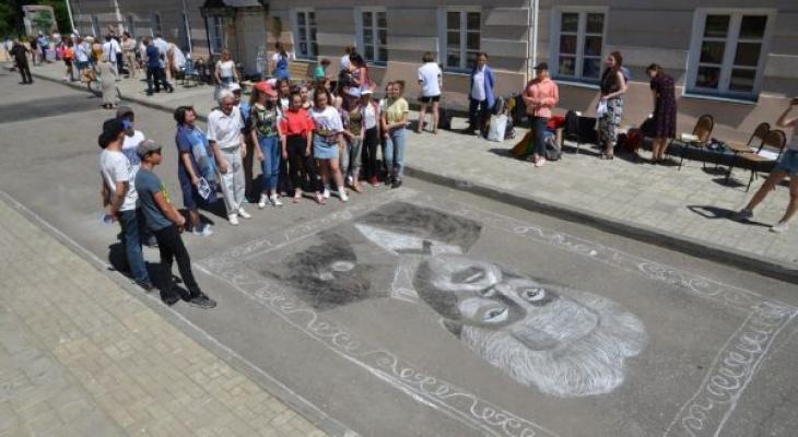 Сто пензенцев нарисовали большой портрет Савицкого