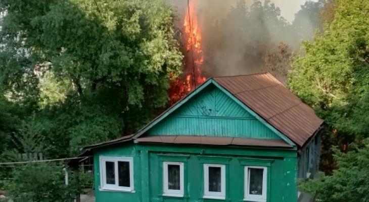 """""""Горит весь склон"""": в частном секторе Пензы сильный пожар"""
