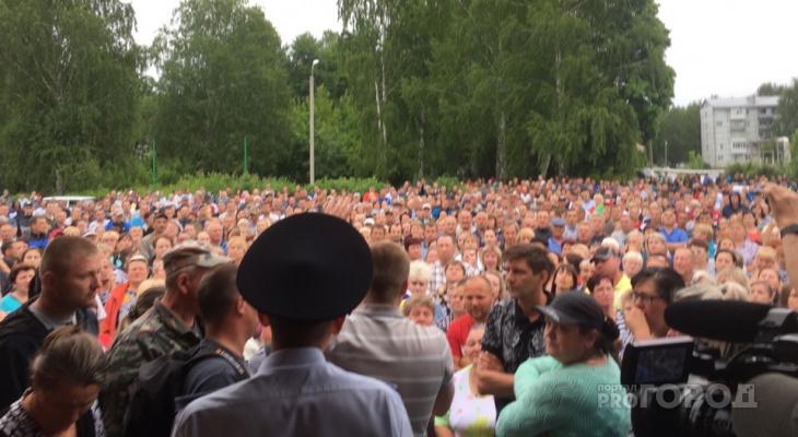 «Они собираются нас сжечь»: народ собрался в Чемодановке после конфликта