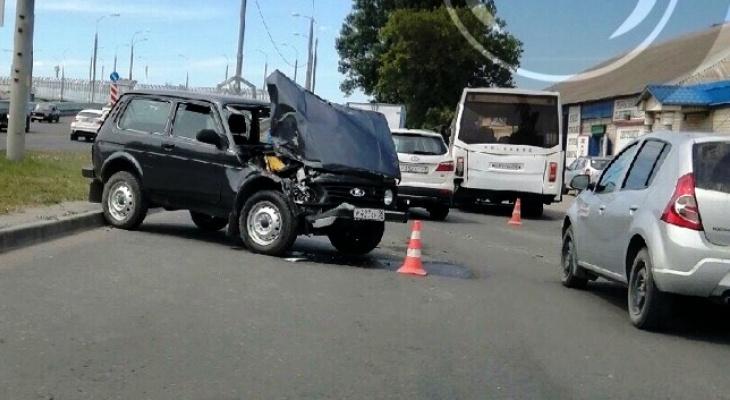 «Нет лобовухи, разбита фара»: в Пензе «Нива» влетела в автобус