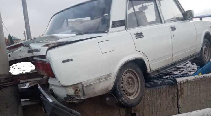 В Пензе на проспекте Победы машина повисла на мосту