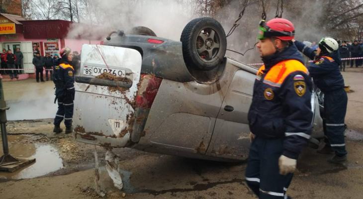 """Официально от МЧС Пензы: """"В результате обвала провалилась машина, к сожалению, есть погибшие"""""""