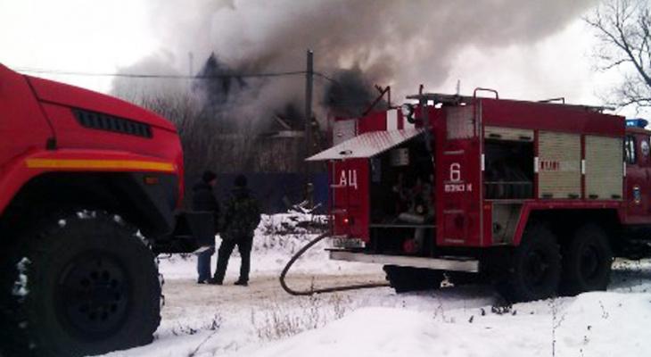 Трое детей лишились дома после страшного пожара в Кузнецке – видео