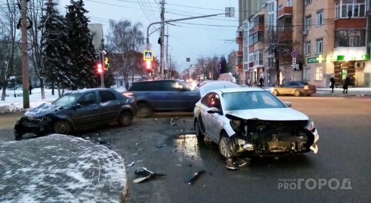 Очевидцы жесткой аварии на перекрестке в Пензе рассказывают о ней в Сети – фото