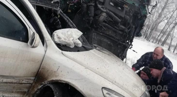 В Пензе произошла ужасная авария: несколько грузовиков протаранили легковушку – видео