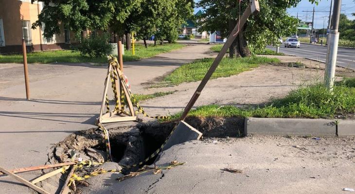 """""""Асфальт кусками"""": пензенцев тревожит увеличивающаяся яма на дороге"""