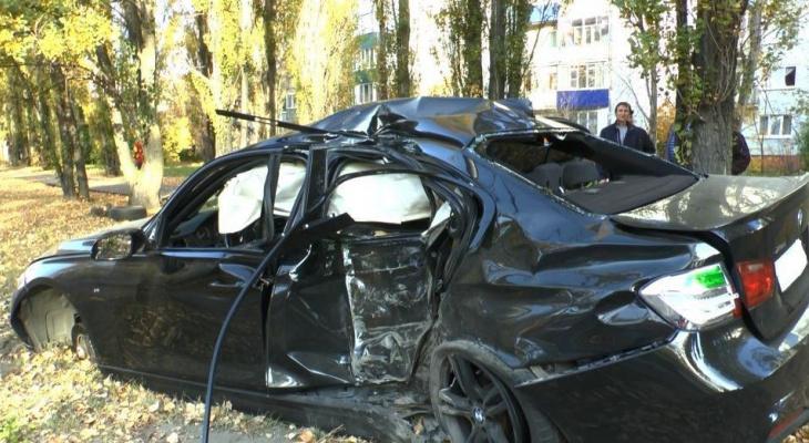 В Пензе «БМВ» влетел в столб, погиб человек