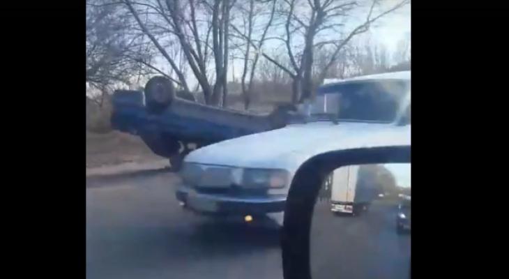 Появилось видео с места, где на улице  Аустрина  в Пензе перевернулось авто