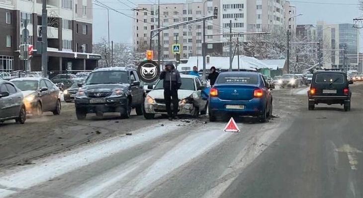 В Пензе на перекрестке произошла серьёзная авария