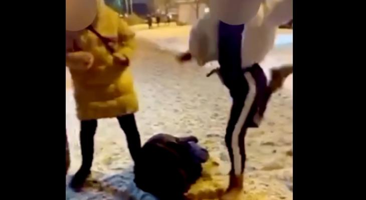 «Мне за это ничего не будет»: молодую девушку жестоко избили в центре города - видео