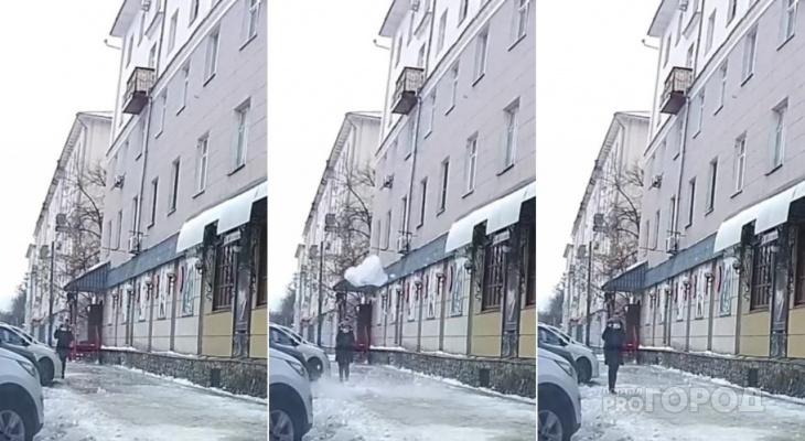Два шага до смерти: в Пензе ледяная глыба обрушилась на горожанку