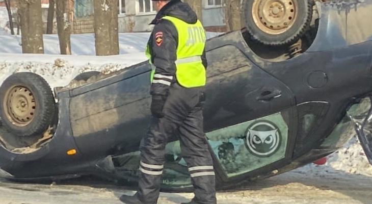 Появились кадры с места ДТП с перевернутым авто на ул. 8 Марта