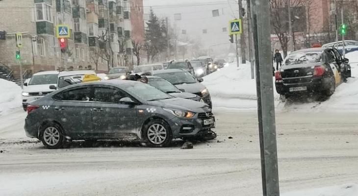 В Пензе на улице Пушкина произошла авария с такси