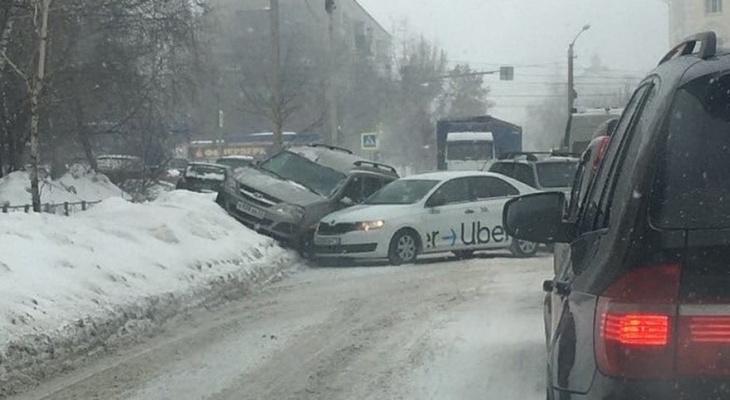В Пензе на одной улице произошла авария и застряла фура