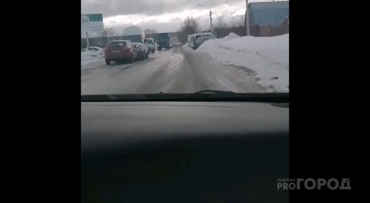 Лоб в лоб: в Пензе жестко столкнулись автомобиль и маршрутка