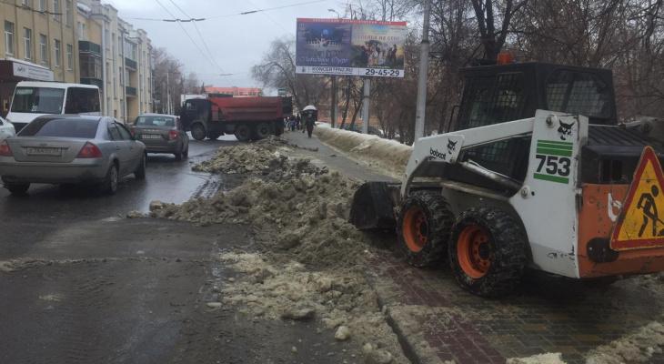 В Пензе продолжают бороться со снегом