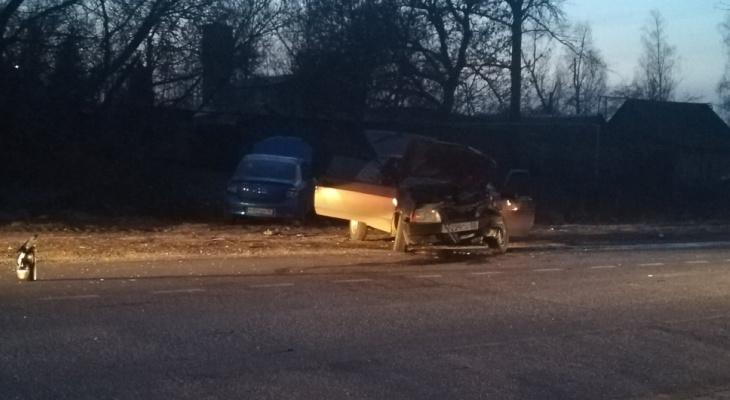 В Кузнецком районе в жесткой аварии разбились два автомобиля