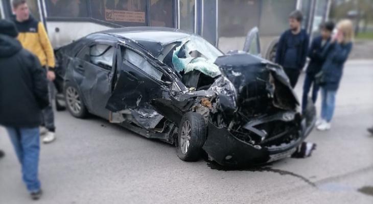 «Просто жесть»: в Пензе у «Ростка» машину искорежило в жуткой аварии