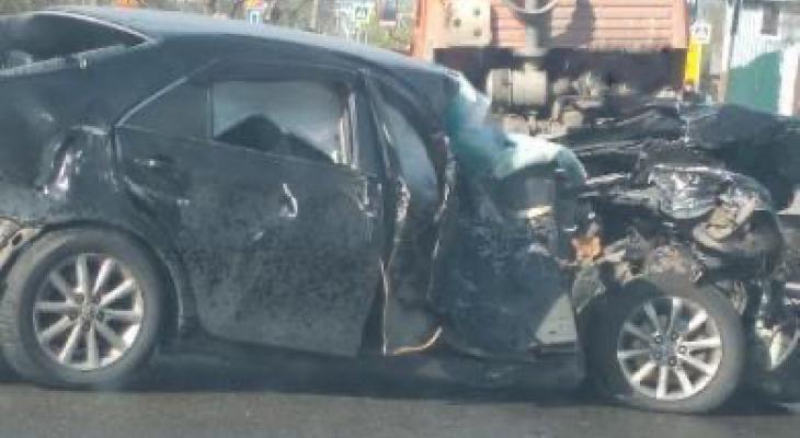 В Пензе на улице Злобина легковушка разбилась о КамАЗ