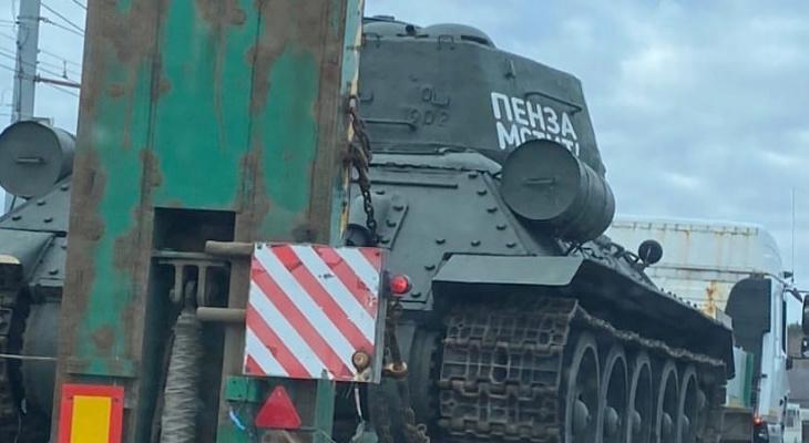 По улицам Пензы перевезли танк Т-34 – видео