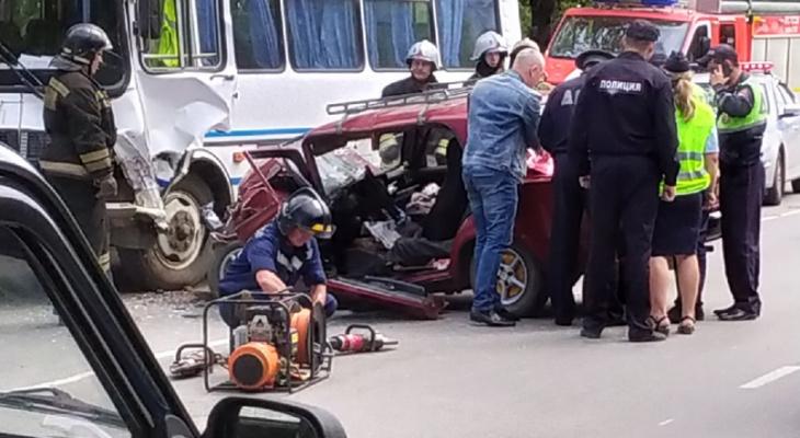 В Кузнецке в аварию попали автобус и легковушка, есть пострадавший