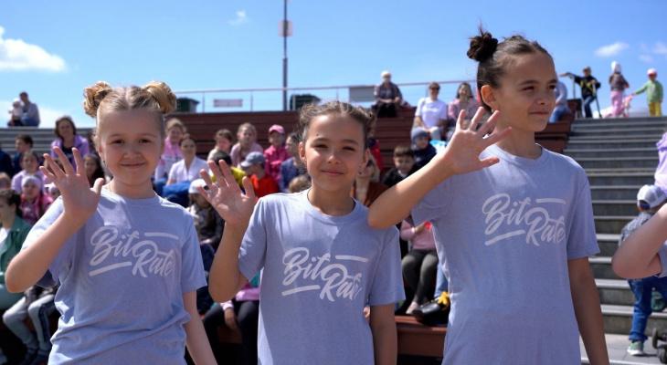 В Спутнике 1 июня дети танцевали и принимали поздравления