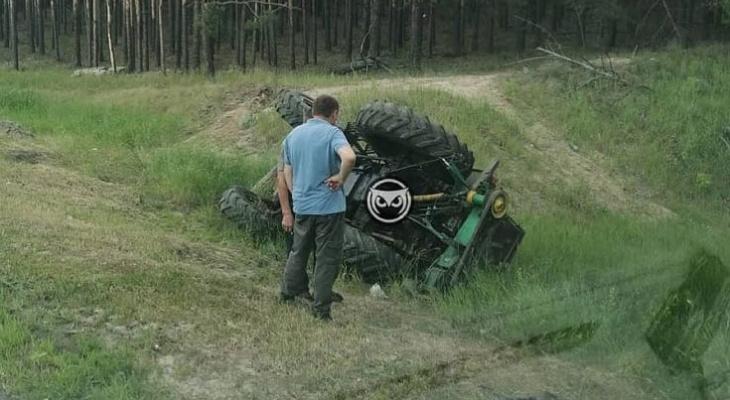 Соцсети: под Пензой с трассы вылетел и перевернулся трактор