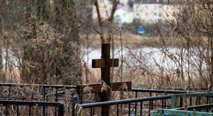 Суд обязал чиновников организовать похоронную службу в области