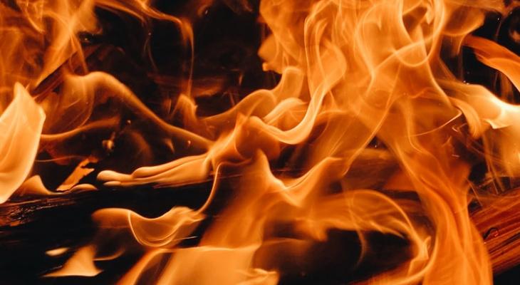 Ночной пожар в Пензе: вспыхнувший частный дом тушили 30 человек