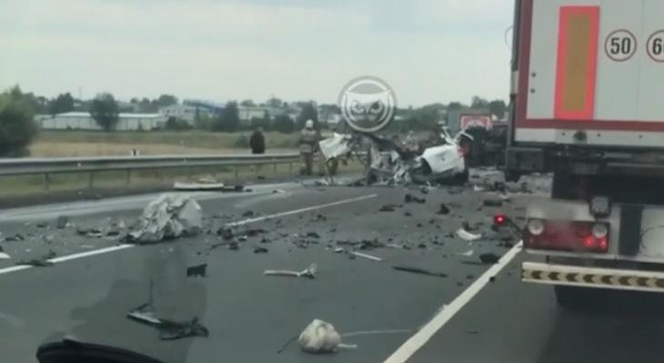 На трассе под Кузнецком в жесткой аварии погиб человек