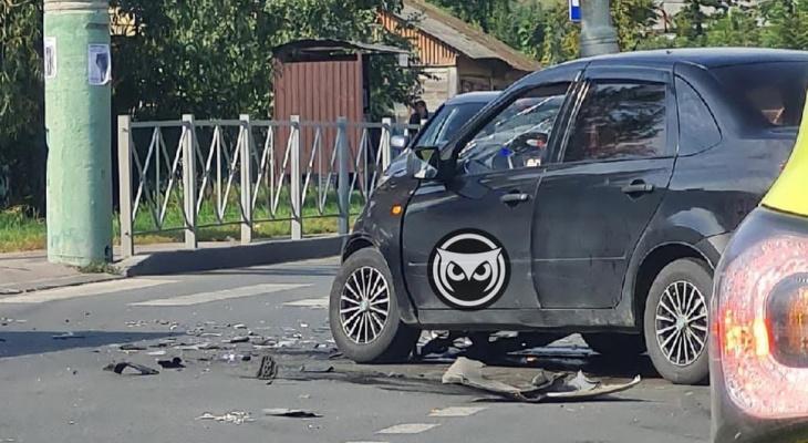 В Пензе у пешеходного перехода произошла жесткая авария
