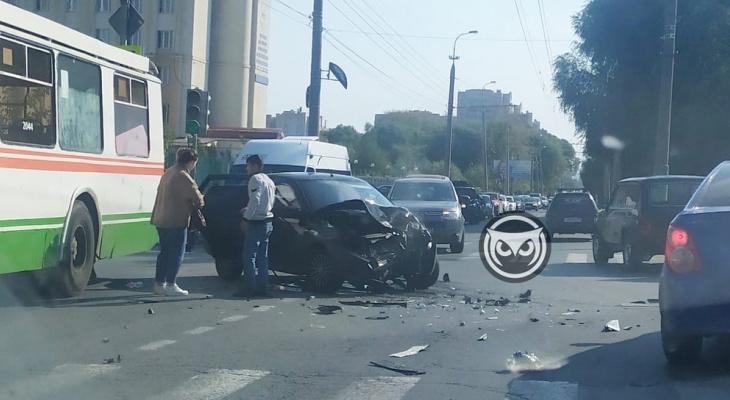 В Пензе с места аварии на улице Некрасова госпитализировали трех человек
