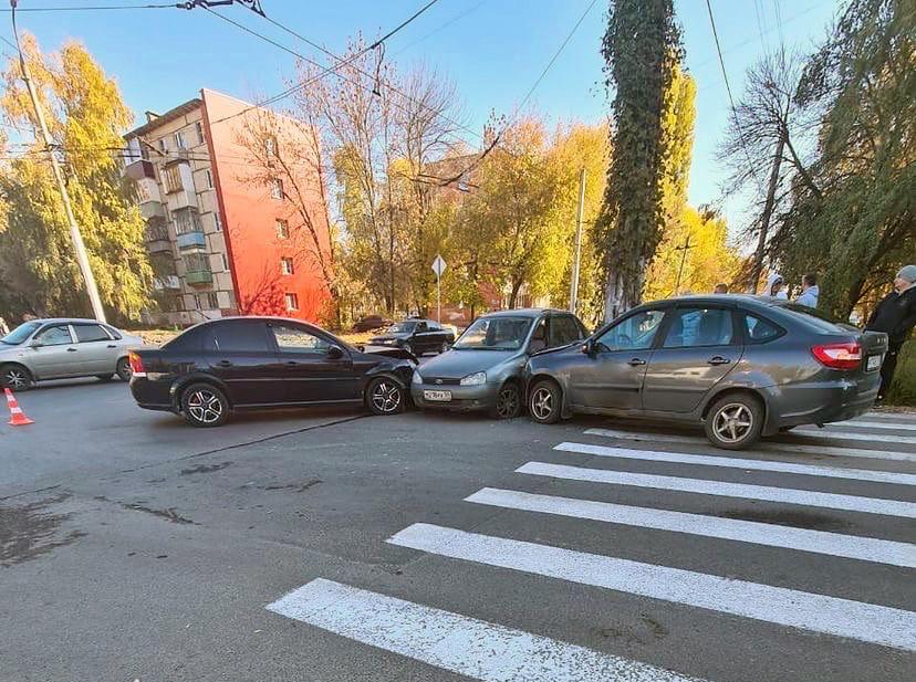 В Пензе произошла необычная массовая авария с участием 3 автомобилей