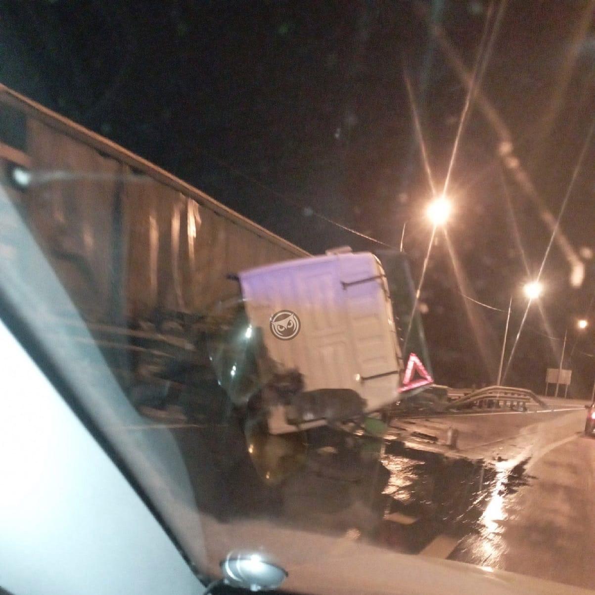 Кабина отстегнулась: на трассе под Пензой в аварию попала фура