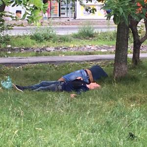 «Пикничок удался»: пензенцы смеются над «уставшими» ребятами в траве