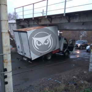«Не было и вот опять»: в Пензе грузовик «сломался» о мост