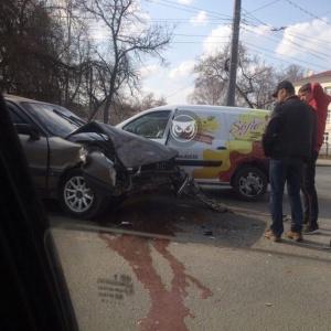 В Пензе произошло ДТП с участием автомобиля кондитерской фабрики
