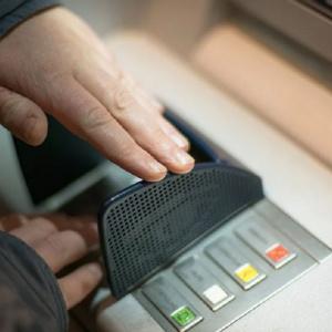 В Пензе мужчина в маске украл 23 миллиона рублей из банкоматов