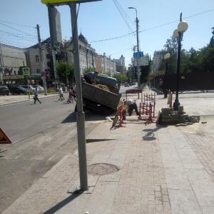 В Пензе автомобиль рабочих провалился в яму
