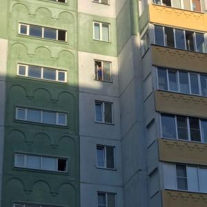 Я была в шоке: пензячка заметила ребенка, который стоял на подоконнике 8 этажа