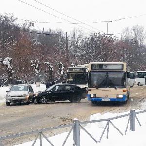 «Перекрыта вся дорога»: на улице Калинина в Пензе произошла авария
