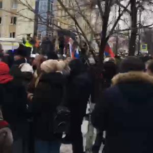 «Полиция с народом!»: в центре Пензы проходит шествие в поддержку Навального