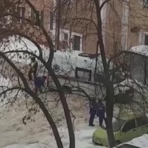 «Происходит спасение жизни»: пензячка сняла на видео, как в Пензе врачи откапывают «скорую»
