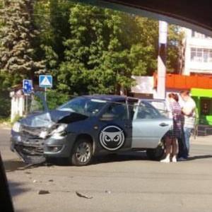 В Пензе на улице Коммунистической в жесткую аварию попали две легковушки